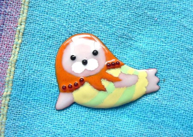 七宝焼・レトロな水着のアザラショーシカ(オレンジ)