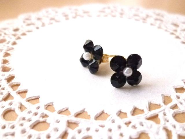 スワロフスキーのお花ピアス ブラックSサイズ