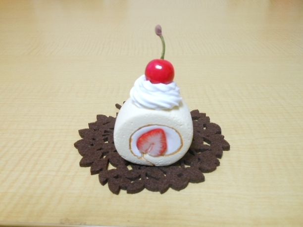ロールケーキのブローチ Sweets Deco