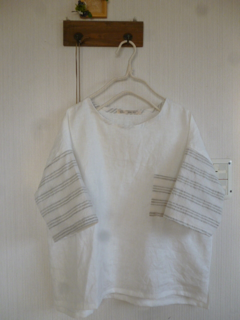 リネンの袖切り替えドロップショルダープルオーバー