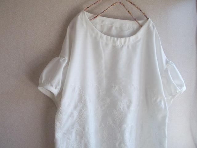スカラップ刺繍パフ袖ブラウス