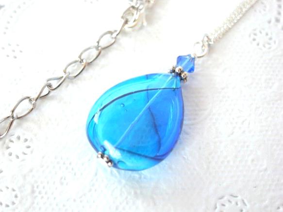 人魚の涙の様な青と水色の雫型吹きガラスのネックレス