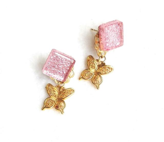 キラキラピンクと蝶のピアス