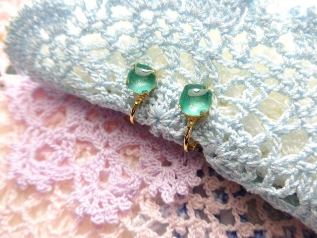 エメラルドグリーンのイヤリング(ゴールドカラー)