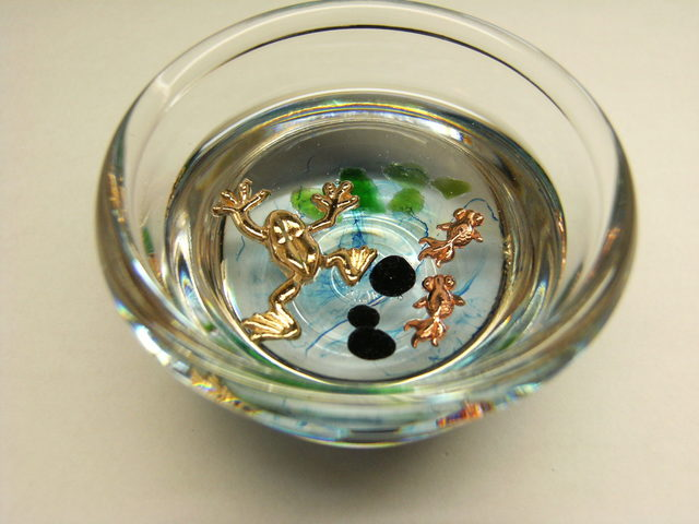 金魚鉢の中のカエル ペーパーウェイト
