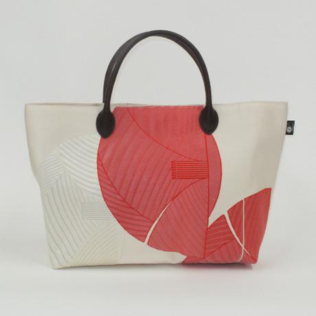 白地に赤い椿の柄帯バッグ