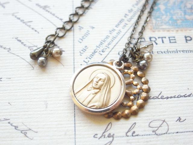 聖人のヴィンテージチャームとフラワーフィグリーのネックレス