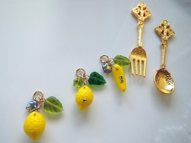 14KGFワイヤー仕立て☆チェコガラス レモンのチャームとバナナのチャーム(1245)