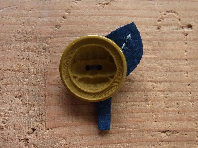 ボタンのお花ブローチ◎オリーブグリーン