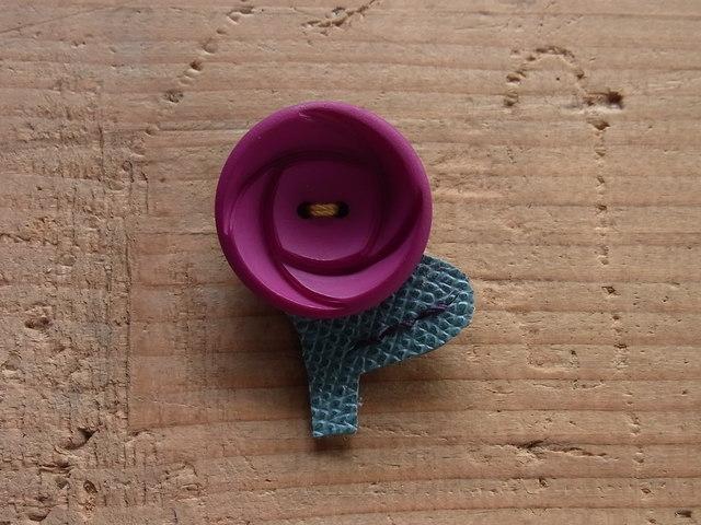 ボタンのお花ブローチ◎濃いピンク