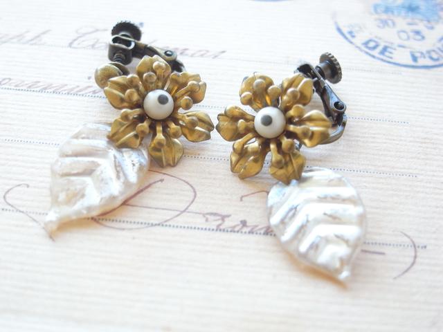 ヴィンテージ金の花と銀の葉ビーズのイヤリング