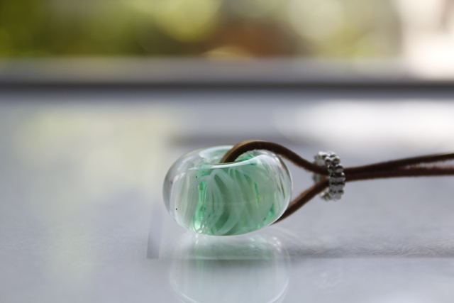 蜻蛉玉の革紐ネックレス(レース*緑)