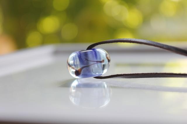 蜻蛉玉の革紐ネックレス(藍)
