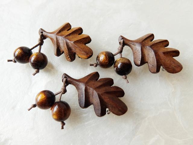 【実りの秋♪】木製葉っぱと金珊瑚の木の実のブローチS