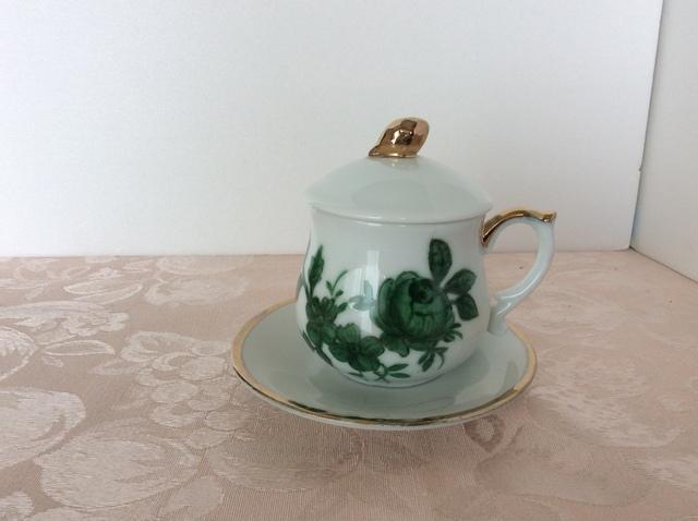 薔薇のデザインの蓋つきコーヒーカップ&ソーサー