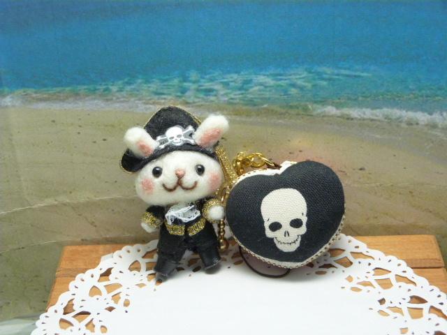 海賊ウサギとハート型マカロンコインケース