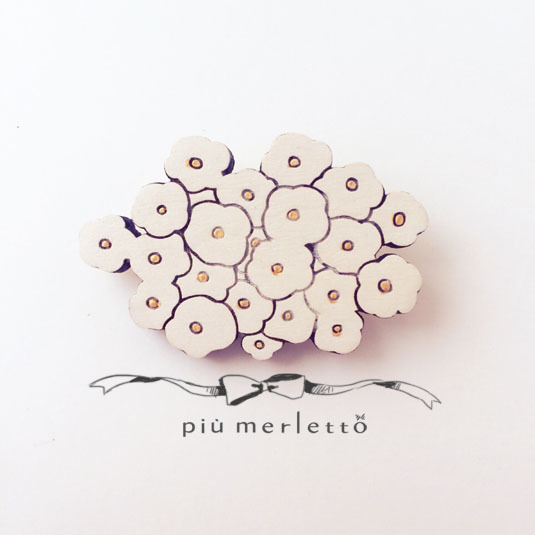 白い花束ブローチ