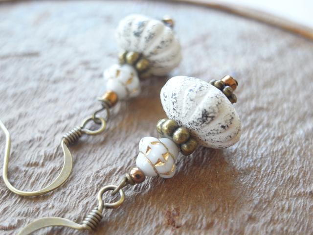 カボチャの様な形の白いシャビービーズのアンティーク風ピアス