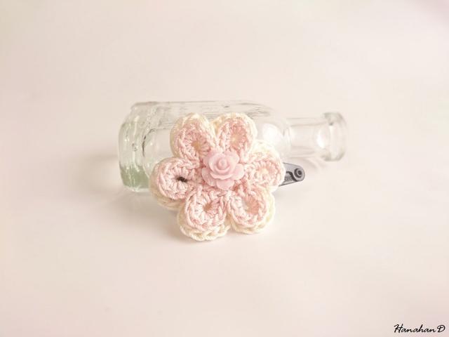 お花のパッチンピン 手編みレースピンク