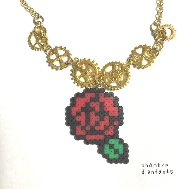 バラと歯車ネックレス