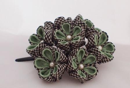 リネンとちりめんの花飾り グリーン系
