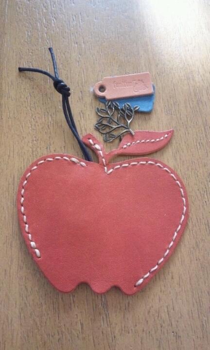 革(レザー)で作ったりんごのキーカバー(ケース)