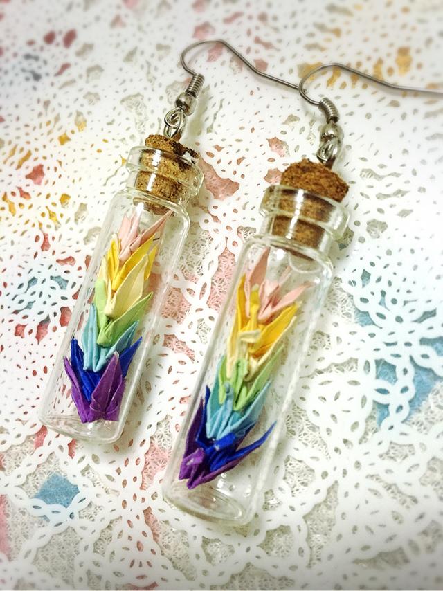 瓶詰め虹色折り鶴のアクセサリー