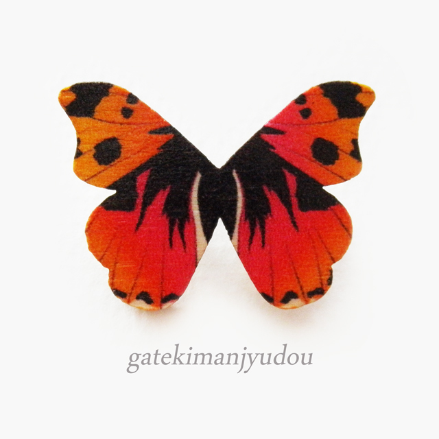 蝶のウッドブローチ/艶紅