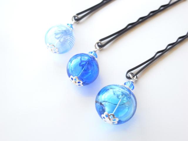 ヘアピン3本セット 夏祭りのヨーヨーの様な青色吹きガラスビーズ