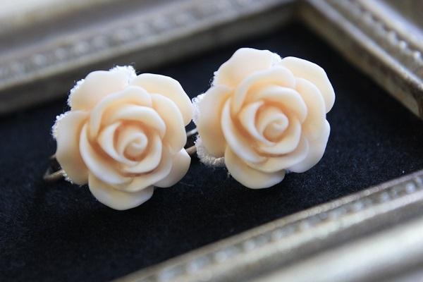 薔薇のイヤリング(薄い橙色)送料無料