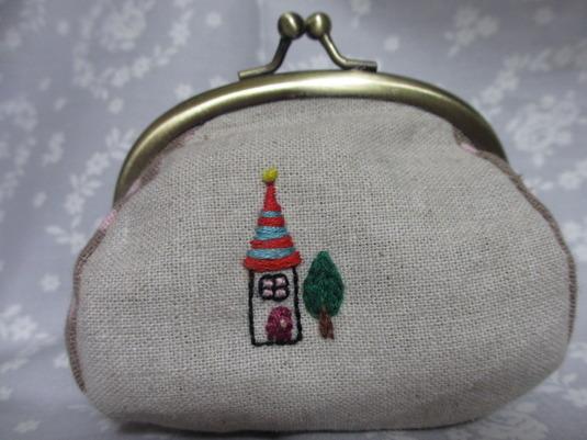 刺繍入りガマ口ポーチ