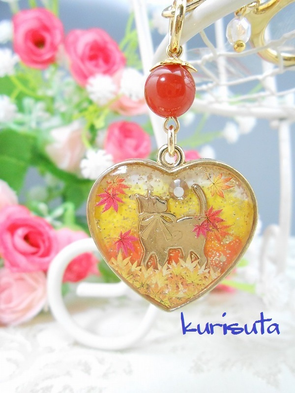 紅葉舞い散るシリーズ ハート型キーホルダー ゴールド 天然石と振り返る猫 ビタミンオレンジ