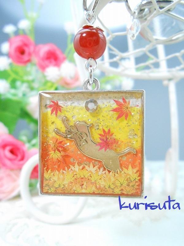 紅葉舞い散るシリーズ スクエア型キーホルダー シルバー 天然石と飛びつく猫 ビタミンオレンジ