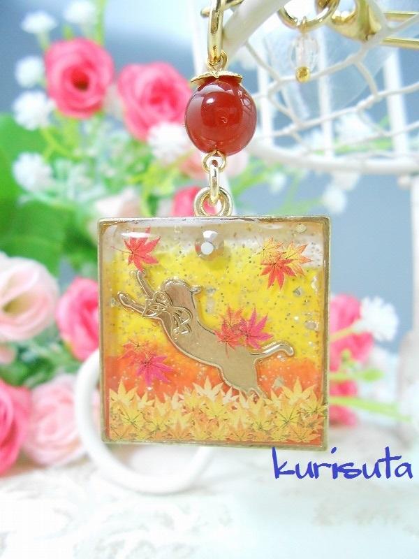 紅葉舞い散るシリーズ スクエア型キーホルダー ゴールド 天然石と飛びつく猫 ビタミンオレンジ