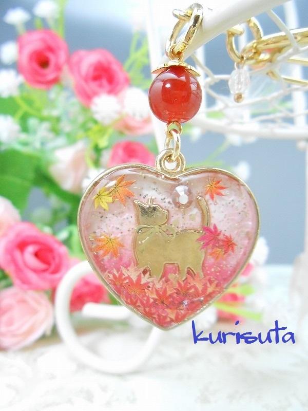 紅葉舞い散るシリーズ ハート型キーホルダー ゴールド 天然石と振り返る猫 ラブリーピンク