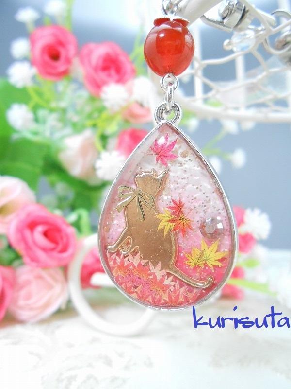 紅葉舞い散るシリーズ しずく型キーホルダー シルバー 天然石と座る猫 ラブリーピンク