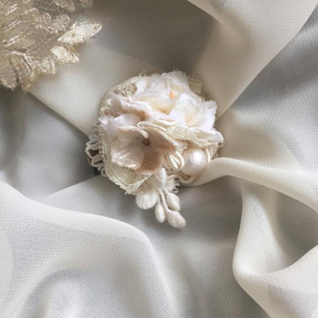 布花とシェルパールのブローチ