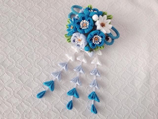 〈つまみ細工〉藤下がり付き梅と小菊と江戸打ち紐の髪飾り(浅葱色と水色と白)
