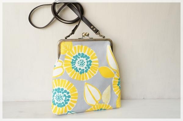 ☆2wayがま口バッグ・グレーに黄色の大きな花☆