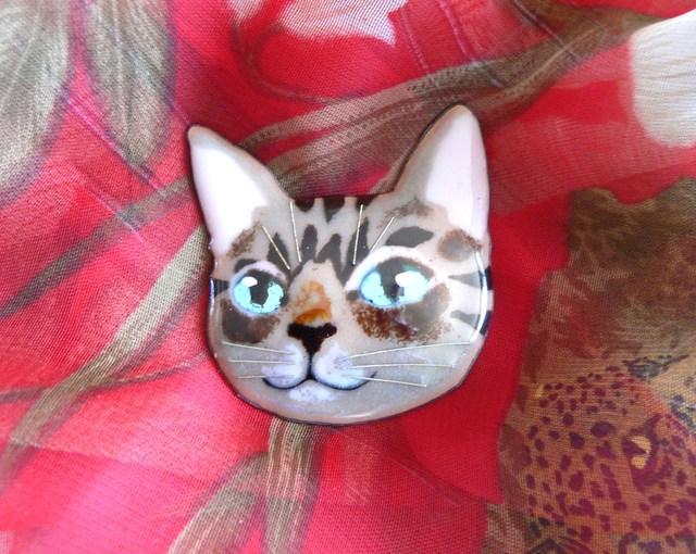 七宝焼・水色の瞳のキジトラねこのブローチ