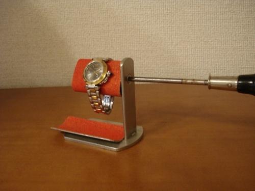 ドライバーで角度を変えられるレッド時計スタンド トレイ付き