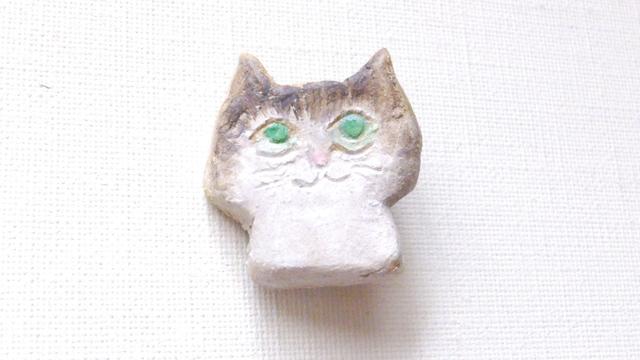 【Sale】グリーンアイの猫さんブローチ(陶器風)