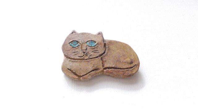 【Autumn Sale】ちょっとがっしり猫さんブローチ(陶器風)