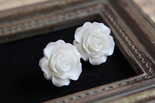 薔薇のピアス(ホワイト)送料無料