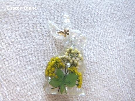 お花&押し葉入りうさぎのブローチ