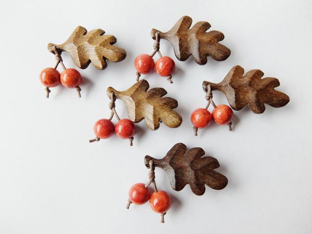 【再販♪】木製葉っぱとアップル珊瑚の木の実のブローチS
