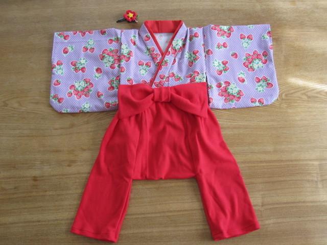 【値下げ】初節句、お誕生日、お正月、ひなまつりに 紫イチゴ柄着物&袴もどき 80cm 髪飾り付