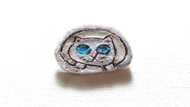 【Sale】乗り出してくる白猫さんブローチ(陶器風)
