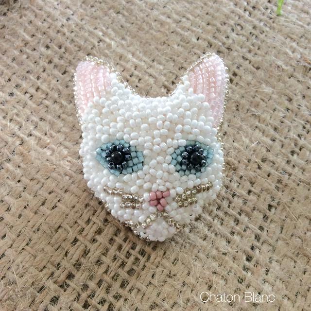 白猫の顔ブローチ