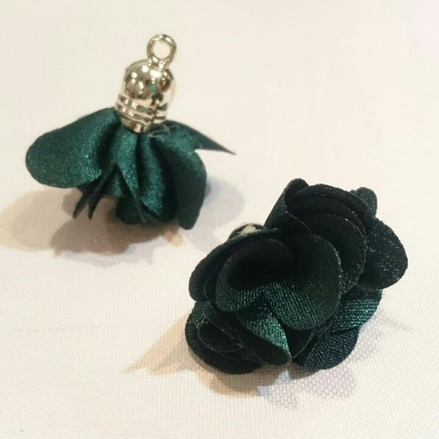 上品な花タッセル(ダークグリーン)